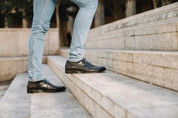 2階を歩くモダンでスタイリッシュなビジネスマン 無料写真