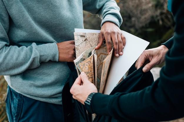 バックパックで地図を探している2つの男性ハイカー 無料写真