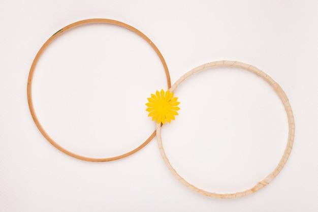 白い背景に分離された2つの木製の円形フレームに参加しました 無料写真