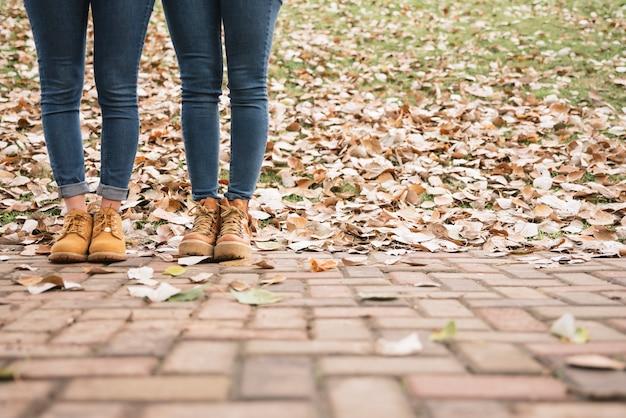 公園に立っているブーツの2人の女性のクローズアップ 無料写真