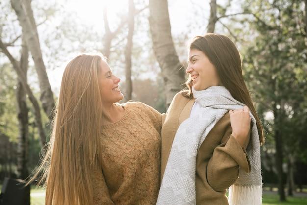 公園で話している2人の女性のミディアムショット 無料写真