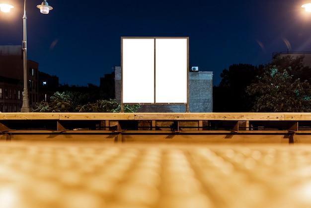 橋の上の2つのモックアップ看板 無料写真