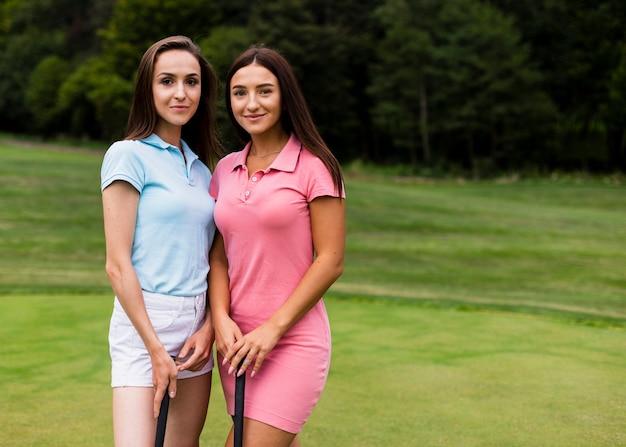 ゴルフコースの2人の若い女性 無料写真