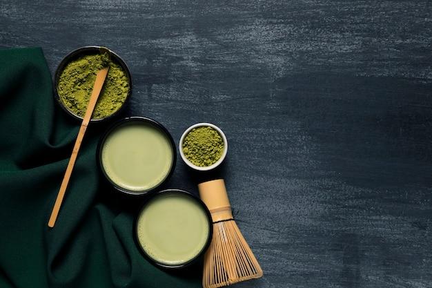 アジア茶と2つのマグカップの組成 無料写真