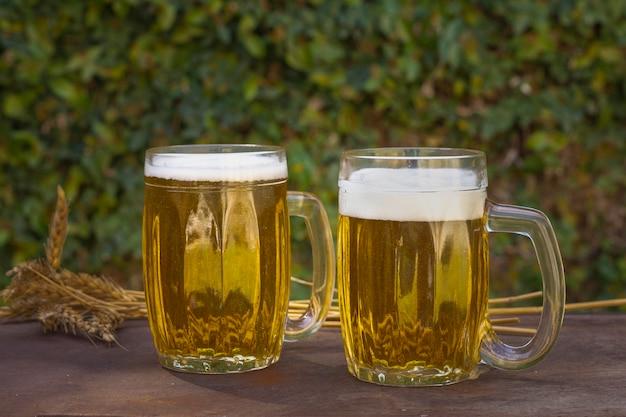 発泡ビールとテーブルの正面2パイント 無料写真