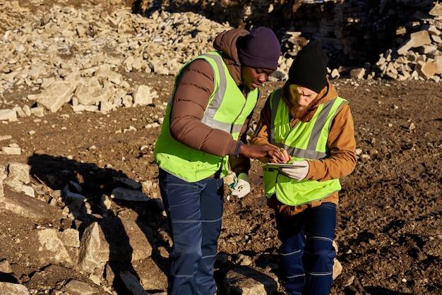 土地を検査する2人の金鉱山労働者 Premium写真