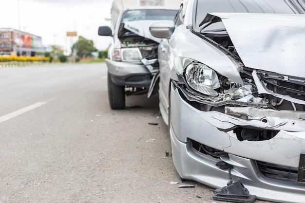 タイの道路に2台の自動車が関わる現代自動車事故 Premium写真