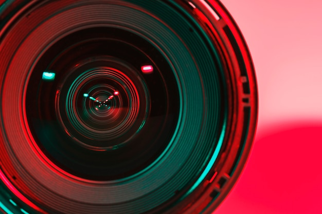 2つのフラッシュからレンズカメラの前面と明るい色合いの色。 Premium写真