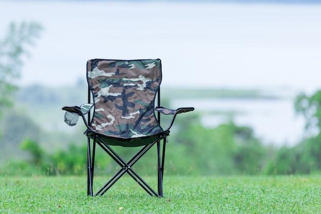 屋外キャンプ用の2つの空の折りたたみ椅子 Premium写真