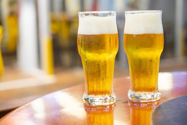 木製のテーブルの上に生ビールを2杯 Premium写真