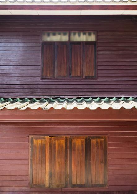 ビンテージ2階建ての家の木製の窓 Premium写真