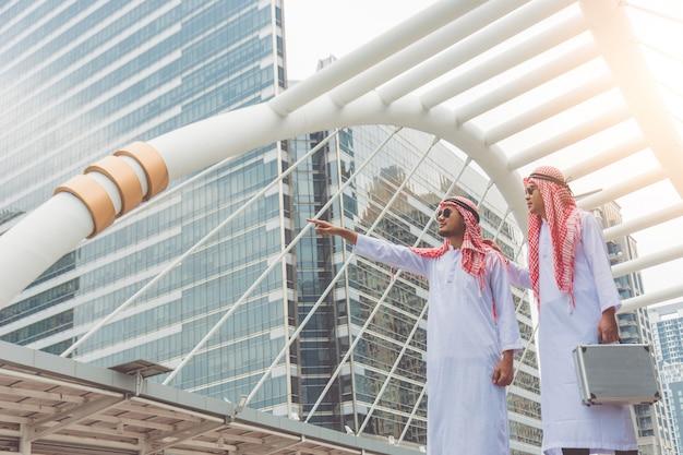 アラブの2人のビジネスマンが投資場所を探索し、新しいビジネスプロジェクトを計画しています。 Premium写真