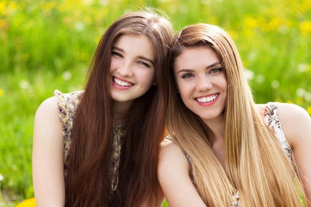 ピクニックに2人の美しい若い女性 Premium写真