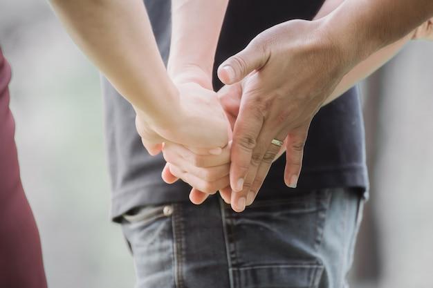 2人の男性との関係で若い女性。 Premium写真