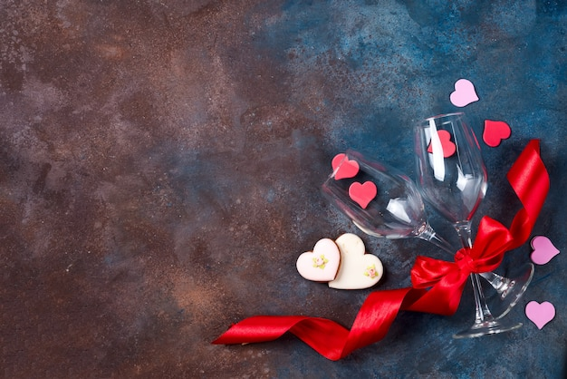 2杯のワイン、石の背景にクッキーの心。バレンタイン・デー Premium写真