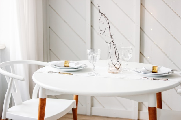 2つのミニマルなクリスマス装飾用のお祝いテーブルセット。スカンジナビアのインテリア Premium写真