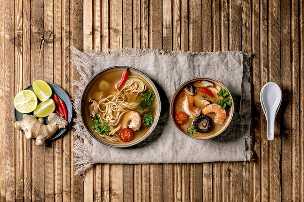 2つのスパイシーなアジアのスープ Premium写真