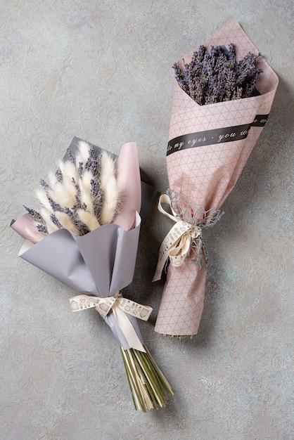 パッケージにラベンダーとラグルスの2つの花束。 Premium写真
