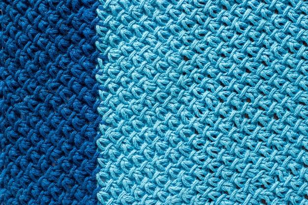 2色の青いニット生地、背景やテクスチャの作品。手作り編み糸 Premium写真