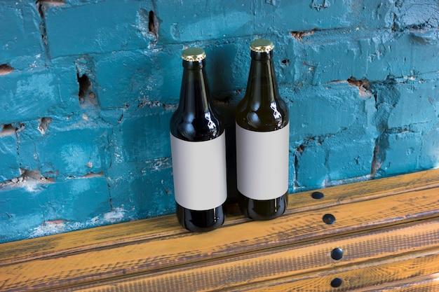 空白のラベルが付いたビール2本 Premium写真