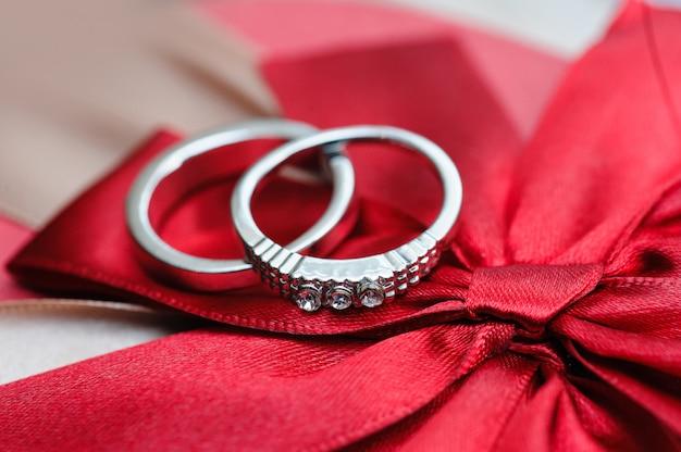 赤いリボンの2つの結婚指輪 Premium写真