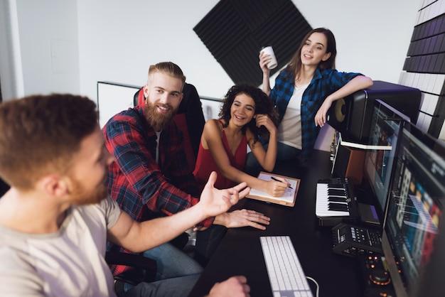 レコーディングスタジオで2人の歌手とサウンドエンジニア Premium写真
