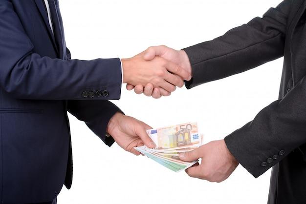 2人のビジネスマンが取り引きをします Premium写真