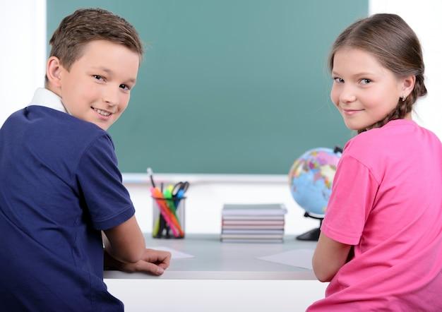 一緒に本を読む2人の小さな同級生 Premium写真