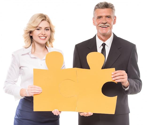 2つの大きな部分を入れたいと思っている成功したビジネスマン。 Premium写真