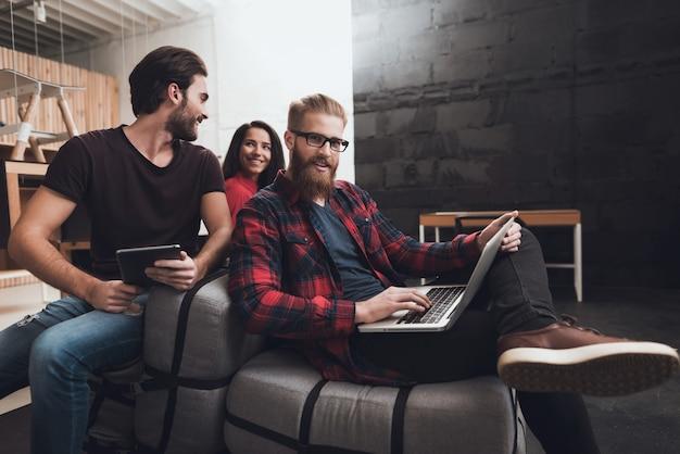2人の男性と女性がクッションの上に座っています。 Premium写真