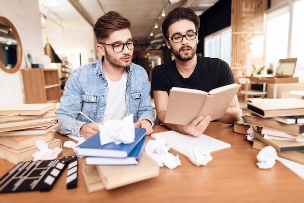 一緒に働く2人の集中脚本家 Premium写真