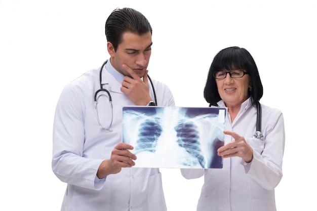 2 доктора смотря рентгеновское изображение изолированное на белизне Premium Фотографии