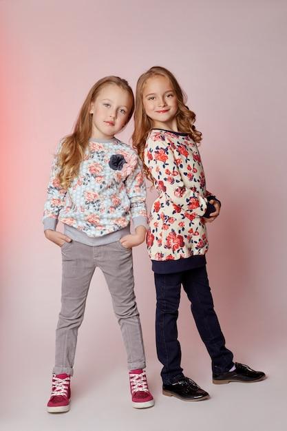 ファッション子供2人の若いモデルの女の子子供 Premium写真