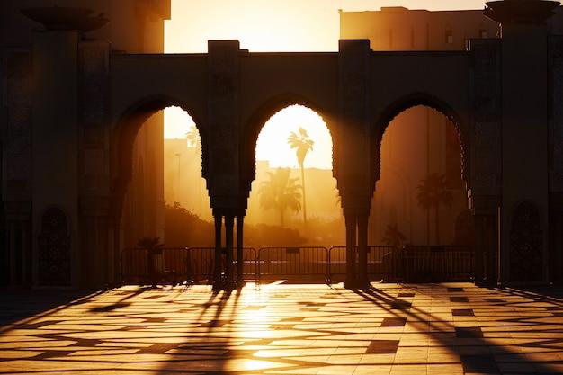 モロッコ、カサブランカの日没時のハッサン2の大モスク。アラブモスクの美しいアーチ Premium写真