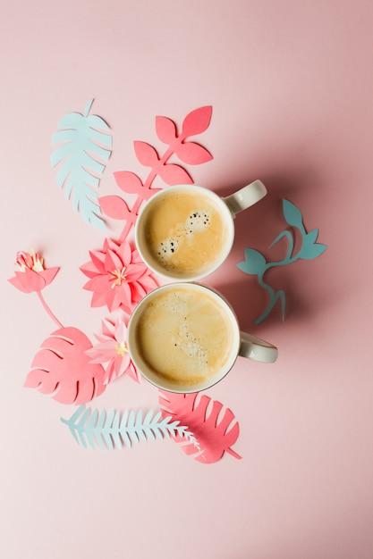2杯のコーヒーと現代の折り紙手芸紙の花コピースペース Premium写真