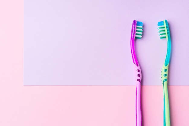 ピンクのカップルのための2つの歯ブラシ Premium写真