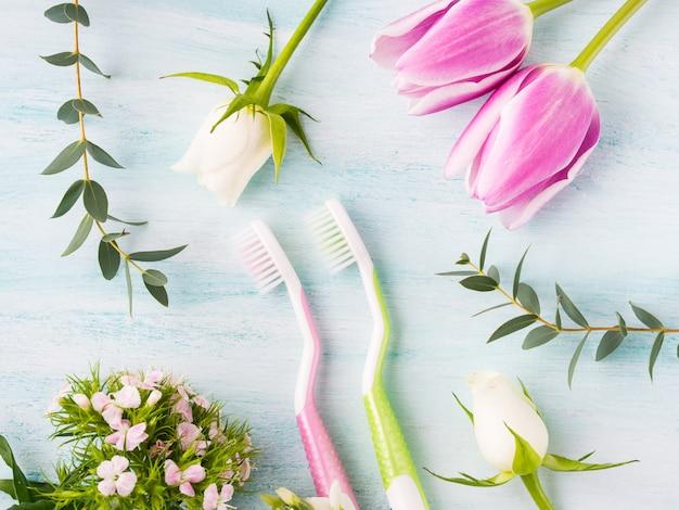 花のハーブと2つのパステル歯ブラシ Premium写真
