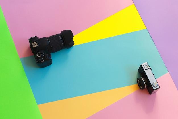色付きの背景に2つのフィルムカメラをファッションします。 Premium写真