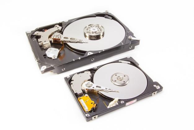 内部を示す2つの異なるサイズのハードドライブ Premium写真