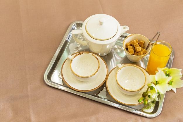 トレイ白いベッド、朝食の概念上の2つの白いマグカップ Premium写真