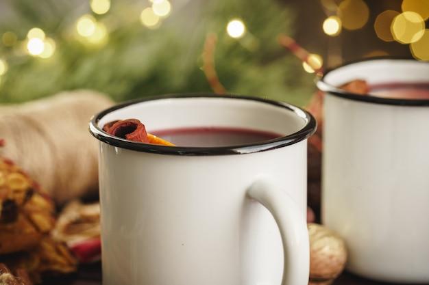 木製のテーブルにクリスマスグリューワインを2杯 Premium写真