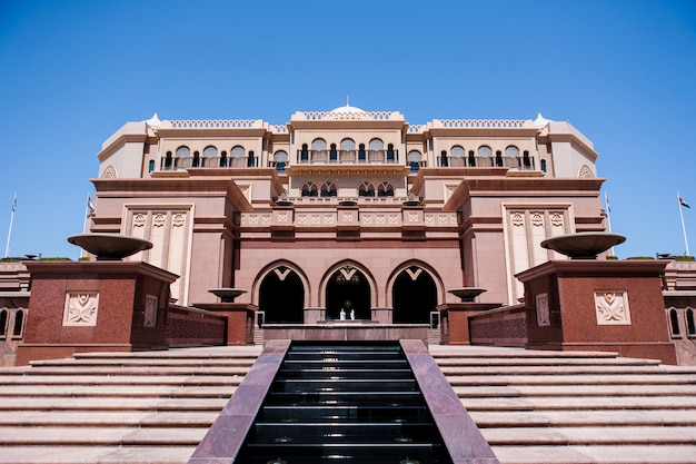 アブダビ、アラブ首長国連邦-3月16日:2012年3月16日にエミレーツパレスホテル。エミレーツパレスは、有名な建築家ジョンエリオットリバによって設計された豪華で最も高価な7つ星ホテルです。 無料写真