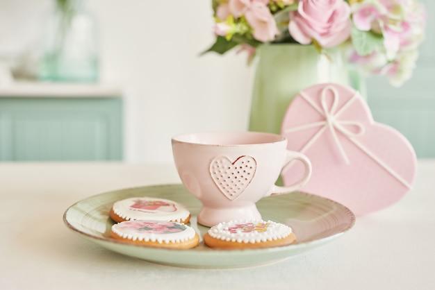 花と明るいキッチンで3月8日のジンジャーブレッド Premium写真
