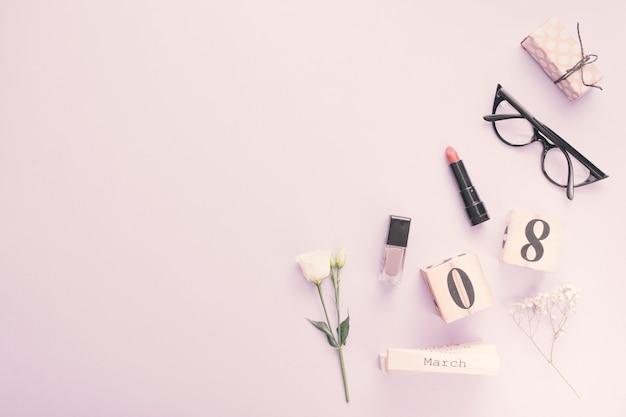 花と化粧品テーブルの上の3月8日碑文 無料写真