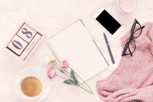 ノートブック、バラとスマートフォンの3月8日碑文 無料写真