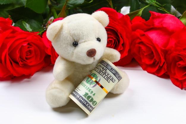 ギフトの代わりにドル札とピンクのバラ。 3月8日、母の日、バレンタインデーのためのテンプレート。 Premium写真