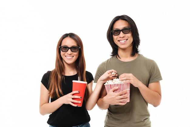 3 dメガネで笑顔の若いアジアのカップルの肖像画 無料写真