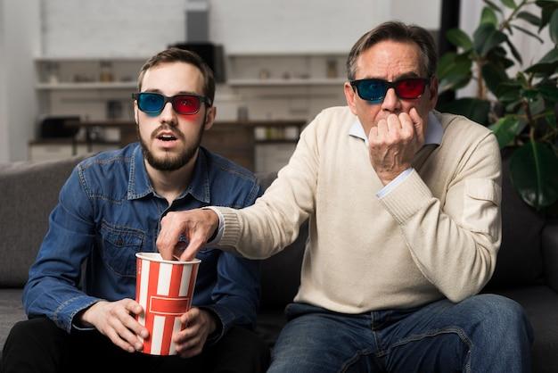 父と息子の3 d映画を見て 無料写真