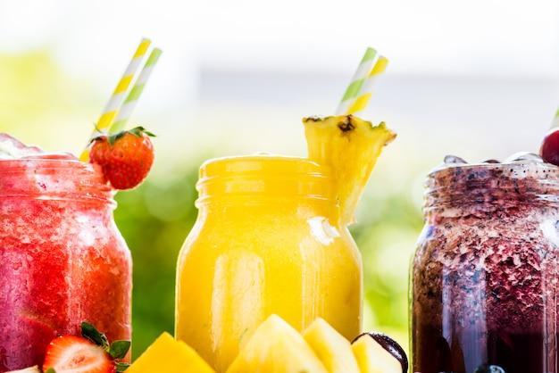 さまざまな果実や果物から3おいしいslushies Premium写真
