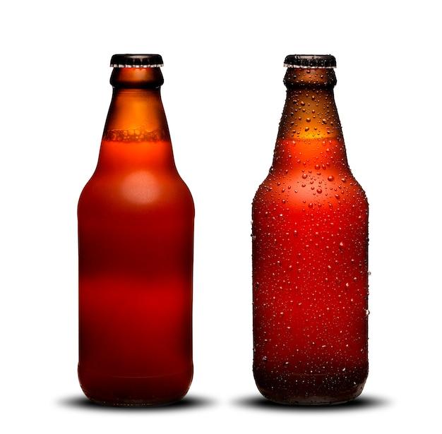 Бутылки пива 300ml с падениями и сушат на белой предпосылке. бок пиво. Premium Фотографии